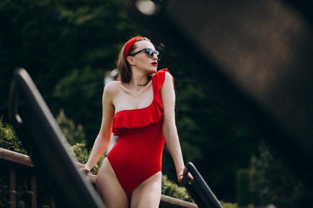 donna-in-costume-da-bagno-rosso-moda_1303-15543