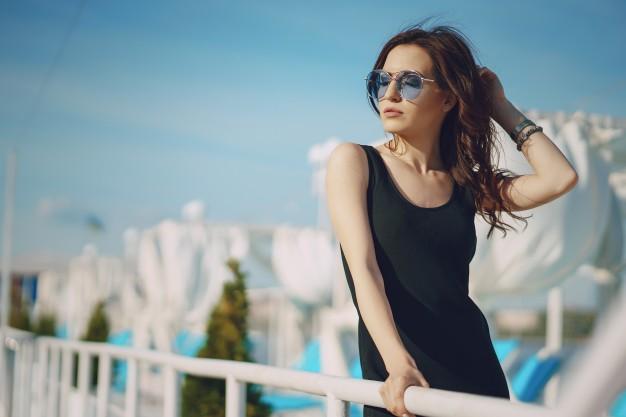 ragazza-in-occhiali-da-sole_1157-6313