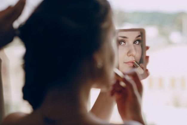 sposa-che-compongono-in-un-piccolo-specchio_1157-808